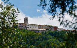 Motovun - liten stad på kullen i Istria, Kroatien Arkivfoton