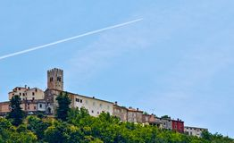 Motovun - liten stad på kullen i Istria, Kroatien Royaltyfri Bild