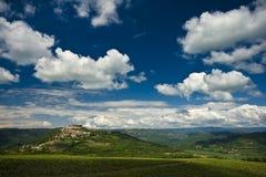 Motovun, nuages, côtes et la vallée Photos libres de droits