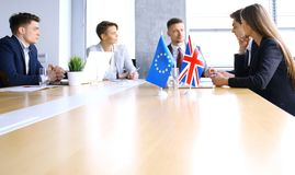Motsättningar mellan ledarna av den europeiska unionen och Storbritannien på mötet Brexit royaltyfria foton