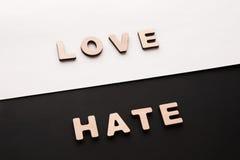Mots amour et haine sur le fond de contraste Photographie stock libre de droits