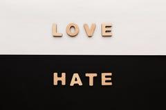 Mots amour et haine sur le fond de contraste Photos libres de droits
