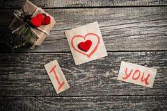 Mots au sujet de l'amour et un cadeau le jour de valentine Images stock