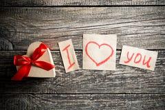 Mots au sujet de l'amour et un cadeau le jour de valentine Photos libres de droits