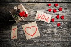 Mots au sujet de l'amour et un cadeau le jour de valentine Photographie stock