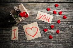 Mots au sujet de l'amour et un cadeau le jour de valentine Images libres de droits