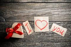 Mots au sujet de l'amour et un cadeau le jour de valentine Image stock