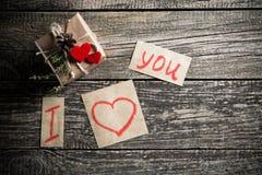 Mots au sujet de l'amour et un cadeau le jour de valentine Photos stock