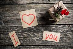 Mots au sujet de l'amour et un cadeau le jour de valentine Image libre de droits