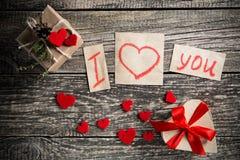 Mots au sujet de l'amour et un cadeau le jour de valentine Photographie stock libre de droits