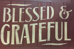 Mots bénis et copie reconnaissante sur le mur en bois rouge image stock