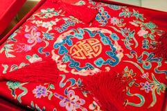 Mots chinois de bonheur sur un oreiller Photos stock