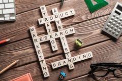 Mots-clés conceptuels d'affaires sur la table avec des éléments de jeu faisant des mots croisé Photo libre de droits