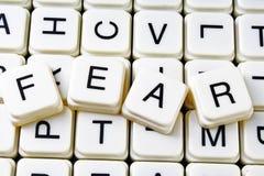 Mots croisé de mot des textes de crainte La lettre d'alphabet bloque le fond de texture de jeu Caractères gras de cubes alphabéti Photos libres de droits