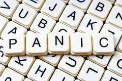 Mots croisé de mot des textes de panique La lettre d'alphabet bloque le fond de texture de jeu Caractères gras de cubes alphabéti Photographie stock