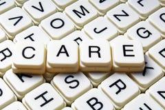Mots croisé de mot des textes de soin La lettre d'alphabet bloque le fond de texture de jeu Caractères gras de cubes alphabétique Photos stock