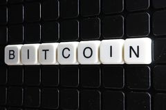 Mots croisé de mot des textes de titre de Bitcoin La lettre d'alphabet bloque le fond de texture de jeu Lettres alphabétiques bla Photographie stock
