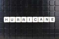Mots croisé de mot des textes de titre d'ouragan La lettre d'alphabet bloque le fond de texture de jeu Lettres alphabétiques blan Photographie stock