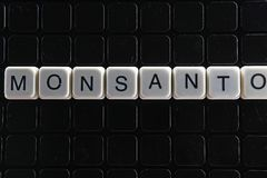 Mots croisé de mot des textes de titre de Monsanto La lettre d'alphabet bloque le fond de texture de jeu Lettres alphabétiques bl Photo stock