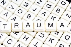 Mots croisé de mot des textes de titre de traumatisme La lettre d'alphabet bloque le fond de texture de jeu Lettres alphabétiques Photo libre de droits
