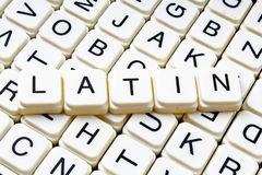 Mots croisé latins de mot des textes de titre La lettre d'alphabet bloque le fond de texture de jeu Lettres alphabétiques blanche Photos libres de droits