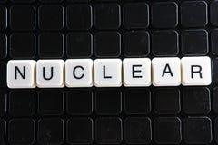 Mots croisé nucléaires de mot des textes La lettre d'alphabet bloque le fond de texture de jeu Lettres alphabétiques blanches sur Photo libre de droits