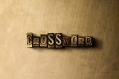 MOTS CROISÉ - plan rapproché de mot composé par vintage sale sur le contexte en métal Photo libre de droits