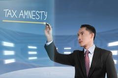 Mots d'amnistie d'impôt d'écriture d'homme d'affaires Photos libres de droits