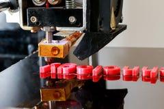 mots d'impression de l'imprimante 3D avec du plastique rouge Image libre de droits