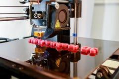 mots d'impression de l'imprimante 3D avec du plastique rouge Images libres de droits