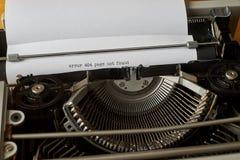 Mots dactylographiés non trouvés de page de l'erreur 404 sur la machine à écrire de vintage Photos stock