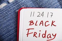 Mots de BLACK FRIDAY écrits dans le carnet Images stock