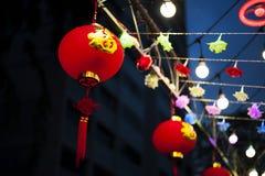 Mots de bonheur sur les lanternes rouges photo stock