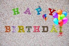 Mots de joyeux anniversaire de Coloful sur le fond clair images libres de droits