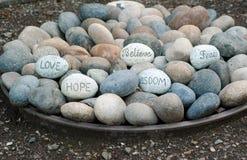 Mots de la sagesse dans une plaque des roches Photos stock