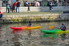 Mots de lecture de personnes sur un mur dans un kayak Photo libre de droits