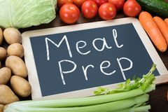 Mots de préparation de repas sur l'ardoise avec des légumes photos stock
