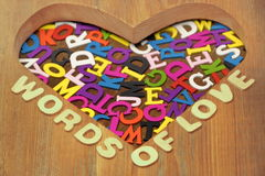 Mots de signe d'amour et de lettres colorées dans la forme de coeur Images stock