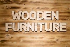 Mots EN BOIS de MEUBLES faits de lettres en bois sur le conseil en bois photos libres de droits
