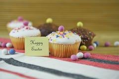 Mots heureux de Pâques avec les décorations faites maison de gâteaux et d'oeuf de pâques Photographie stock libre de droits