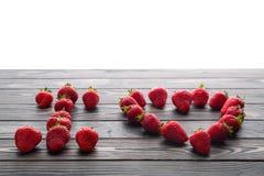 Mots je t'aime marqués avec des lettres avec la fraise organique fraîche Photos libres de droits