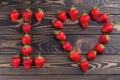 Mots je t'aime marqués avec des lettres avec la fraise organique fraîche Photographie stock libre de droits