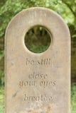 Mots pensifs sur une pierre tombale photo libre de droits