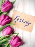 Mots polonais TU ME MANQUE et bouquet des tulipes photographie stock