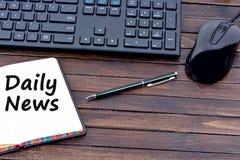 Mots quotidiens d'actualités sur le carnet Photographie stock libre de droits