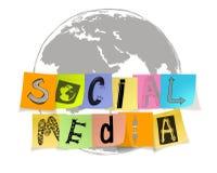 Mots sociaux tirés par la main de media sur la note collante sur la carte du monde Photographie stock
