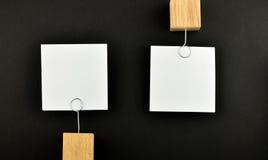 Motsatt åsikt, två pappers- anmärkningar på svart för presentation Arkivfoton