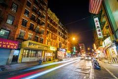 Mott gata på natten, i kineskvarter, i Manhattan, New York City arkivfoton