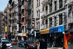 Mott-Straßenansicht in Porzellanstadt mit vielen Chinesen unterzeichnet herein Lower Manhattan lizenzfreie stockfotos