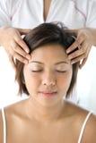 motta för massage för asiatisk kvinnlig försiktigt head Arkivbilder